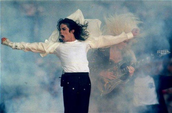 Michael Jackson canta durante el espectáculo de mediotiempo del Super Bowl, en Pasadena, California, en esta foto de archivo del 31 de enero de 1993. (AP Foto/Rusty Kennedy, Archivo)