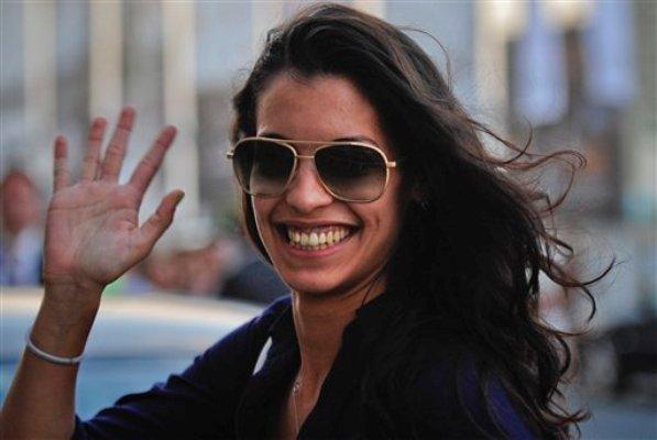 """La actriz mexicana Stephanie Sigman saluda al llegar a un hotel para promocionar la cinta """"Miss Bala"""", que protagoniza, el 15 de septiembre del 2011 en el Festival de Cine de San  Sebastián, en el norte de España. (AP Foto/Alvaro Barrientos, Archivo)"""
