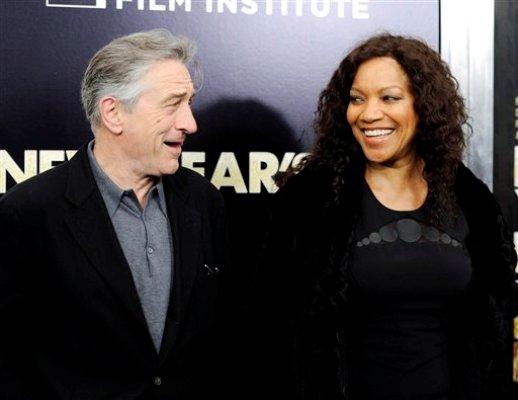 """Robert De Niro y su esposa Grace Hightower asisten al estreno de """"New Year's Eve"""" en el cine Ziegfeld de Nueva York, el miércoles 7 de diciembre de 2011. (Foto AP/Evan Agostini)"""