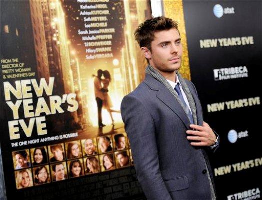 """El actor Zac Efron llega al estreno de """"New Year's Eve""""  en el cine   Ziegfeld el miércoles 7 de diciembre de 2011 en Nueva York. (Foto AP/Evan Agostini)"""