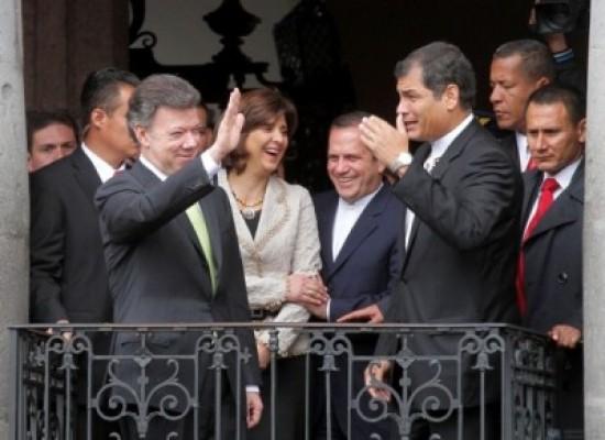 Los presidentes Santos y Correa, en el balcón de Carondelet.