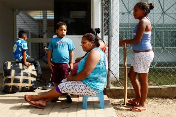 Una familia permanece fuera del refugio para emergencias