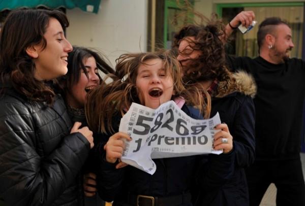 Personas esperan Loteria Navideña de España. Foto de Archivo, La República.