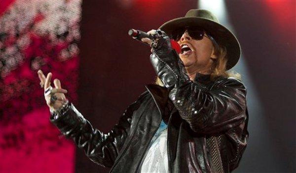 Axl Rose, vocalista del grupo de rock Guns N' Roses, durante un concierto en Abu Dhabi el 16 de diciembre de 2010. El grupo ingresará en el 2012 al Salón de la Fama del Rock and Roll, se informó el miércoles 7 de diciembre de 2011. (Foto AP/Nousha Salimi, Archivo)