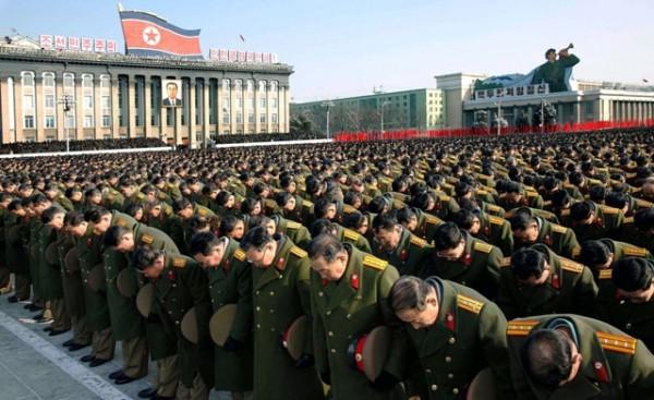 Miles de personas oran en una ceremonia a Kim Jong Il