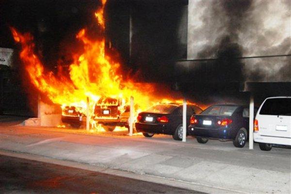 La foto del viernes 30 de diciembre del 2011 muestra varios vehículos incendiados en Hollywood. Un atacante prendió fuego a varios autos y provocó que el fuego se extendiera incluso a algunas viviendas  (AP Foto/Mike Meadows).