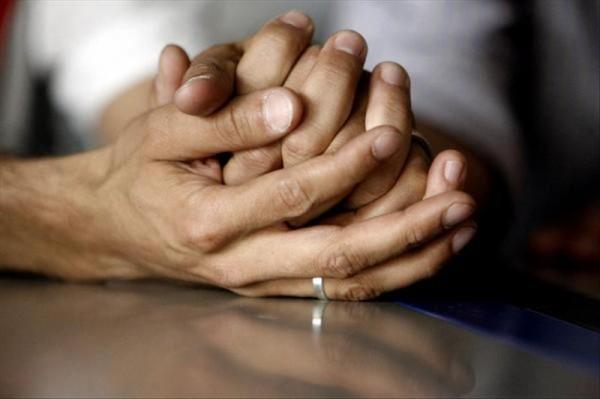 Dos mujeres entrelazan sus manos. Foto de Archivo, La República.