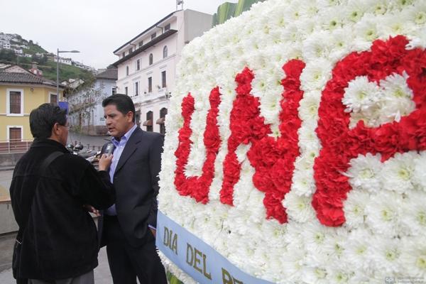 UNP HACE OFRENDA AL MONUMENTO DE EUGENIO ESPEJO.