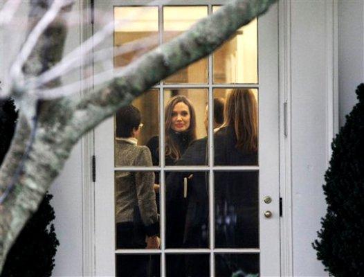 La actriz Angelina Jolie dentro del Despacho Oval en la Casa Blanca en Washington el miércoles 11 de enero de 2012 durante una reunión con el presidente Barack Obama. (Foto AP/Pablo Martinez Monsivais)