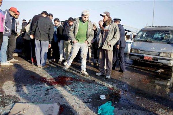 Gente observa la escena de un ataque con explosivos en Ciudad Sadr, al este de Bagdad, el jueves 5 de enero de 2012. Una ola de explosiones en dos vecindarios chiís dejó decenas de muertos heridos, y acentuó los temores de que los insurgentes incrementan los ataques tras el retiro de fuerzas estadounidenses completado el mes pasado. (AP Foto/Karim Kadim)