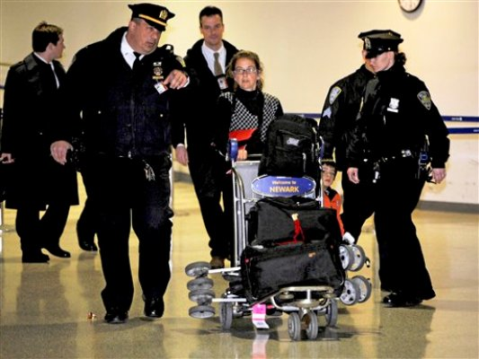 Lori Berenson, al centro, llega de Lima, Peru, con su hijo Salvador Apari al aeropuerto Internacional de Newark Liberty, el martes 20 de diciembre de 2011 en Newark, Nueva Jersey. (Foto AP/Henny Ray Abrams)