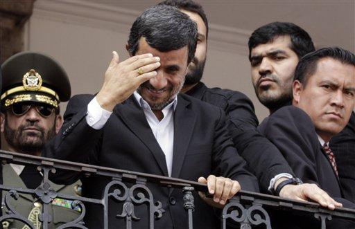 El presidente iraní Mahmud Ahmadinejad saluda a la multitud desde un balcón del palacio presidencial en Quito, el jueves 12 de enero del 2012. En la jornada, trascendió que un equipo de la agencia nuclear de la ONU visitará Teherán el 28 de enero  (AP Foto/Dolores Ochoa)