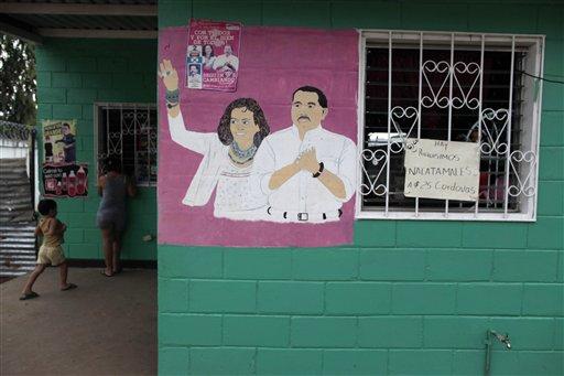 Un dibujo del presidente sandinista Daniel Ortega y su esposa Rosario Murillo destaca en la pared de una casa en la capital nicaragüense, días antes de que el mandatario asuma su nuevo mandato. Managua, sábado 7 de enero de 2012. (AP foto/Esteban Felix)