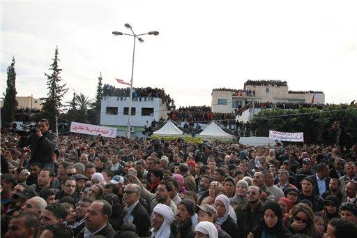 Miles de tunecinos se reúnen en Sidi Bouzid, Túnez, para celebrar el primer aniversario de la revolución, el sábado 17 de diciembre de 2011. Fue en esta ciudad del árido interior de Túnez donde comenzó el fin del sistema de dictaduras con décadas de antigüedad en el mundo árabe. (AP foto/Amine Landoulsi).
