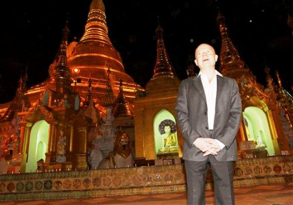 El secretario del Exterior británico William Hague en una fotografía de archivo durante una visita a la pagoda Shwedagon en Yangon, Mianmar, el viernes 6 de enero de 2012. (Foto AP/Apichart Weerawong)