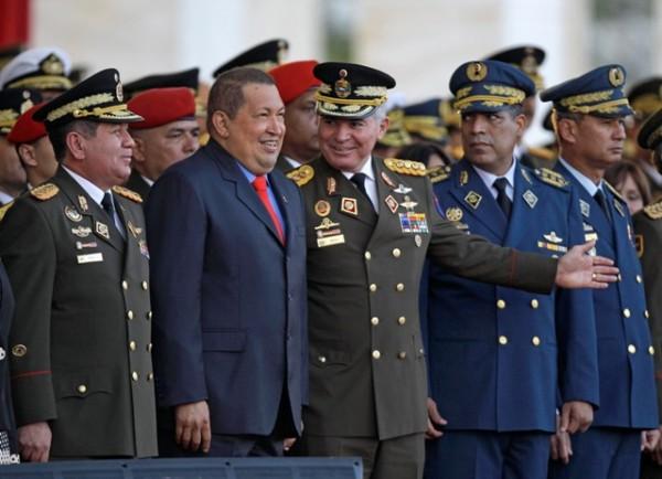 Ex presidente Hugo Chávez con militares de su país. Foto de Archivo, La República.