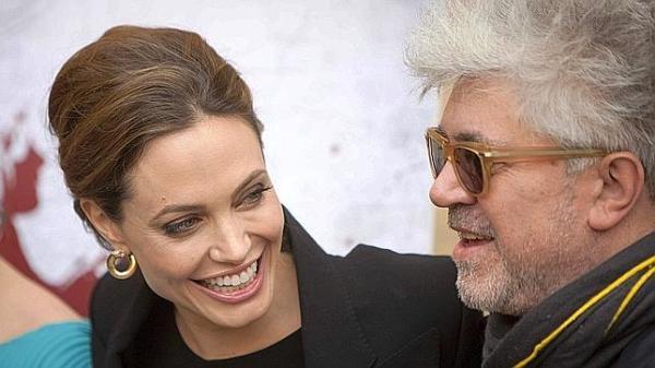 LAX24. LOS ÁNGELES (EEUU), 14/01/2012.- El director español Pedro Almodóvar (d) posa junto a la actriz estadounidense Angelina Jolie (i) hoy, sábado 14 de enero de 2012, a su llegada al teatro Egipcio de Hollywood en Los Ángeles (EEUU). Jolie logró arrancar al cineasta la promesa de que contará con ella para alguno de sus proyectos en un evento que reunió en Los Ángeles a los directores de los filmes candidatos a mejor película de habla no inglesa en los Globos de Oro. EFE/ADRIAN SANCHEZ-GONZALEZ TELETIPOS_CORREO:%%%,ESPECTÁCULOS,%%%,TEATRO