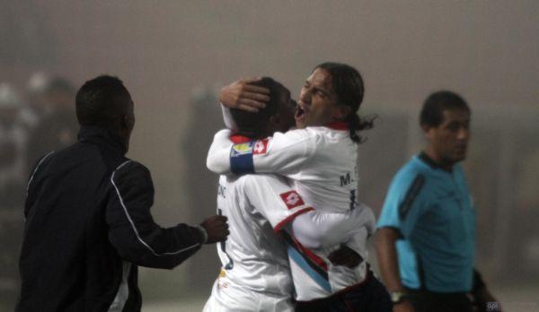 Marwin Pita abraza al anotador del gol, Juan Luis Anangonó, por la conquista de la victoria.