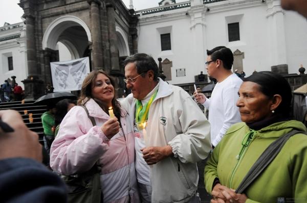 QUITO (08-01-2012).- Pedro Restrepo (c), padre de los Hermanos Restrepo, junto a Paulina Abad (i) y María Viracocha (d), en la Plaza Grande, durante el evento en el que se recuerda la desaparición de los Hermanos Restrepo, hace 24 años.