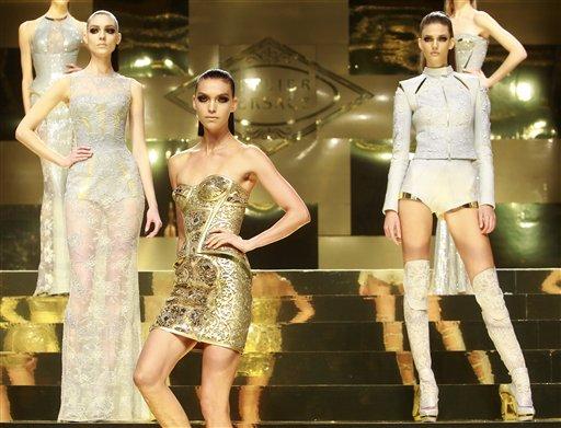 Modelos presentan piezas de la colección de alta costura primavera-verano 2012 de la diseñadora Donatella Versace para la casa Versace en París, el lunes 23 de enero de 2012. (Foto AP/ Jacques Brinon)