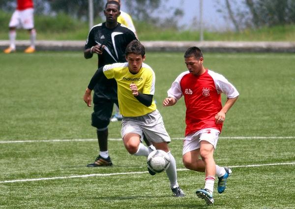 Víctor Valle (izq.) de Técnico Universitario maneja la pelota ante la marca de Miguel Bravo.