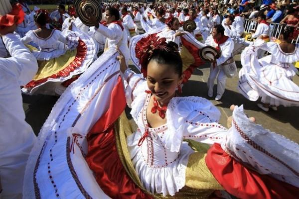 Alrededor de 350 agrupaciones de danza y disfraces ancestrales que mostraron la fibra más íntima de la fiesta, desfilaron en la Gran Parada de Tradición durante el segundo día del Carnaval de Barranquilla de Colombia.