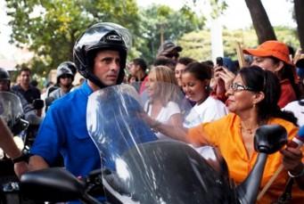 En esta foto tomada el lunes 30 de enero del 2012, el precandidato presidencial opositor Henrique Capriles es saludado por seguidores al terminar un mitin en Caracas, Venezuela. En las elecciones primarias del 12 de febrero, Capriles, gobernador del estado central de Miranda, figura como favorito para enfrentar al presidente Hugo Chávez en octubre. (AP Foto/Ariana Cubillos)