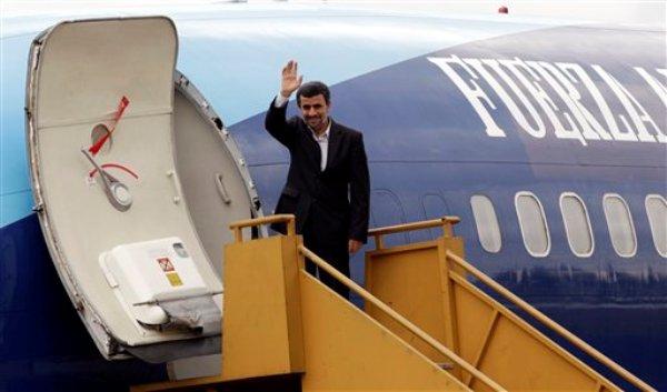 El presidente de Irán, Mahmud Ahmadinejad, saluda a periodistas poco antes de despegar de Quito, la última etapa de una gira por cuatro países de América Latina. Teherán advirtió el domingo 15 de enero del 2012 a países árabes que se abstengan de producir más crudo para compensar un eventual embargo a las exportaciones iraníes por el programa nuclear iraní. (Foto AP/Dolores Ochoa)
