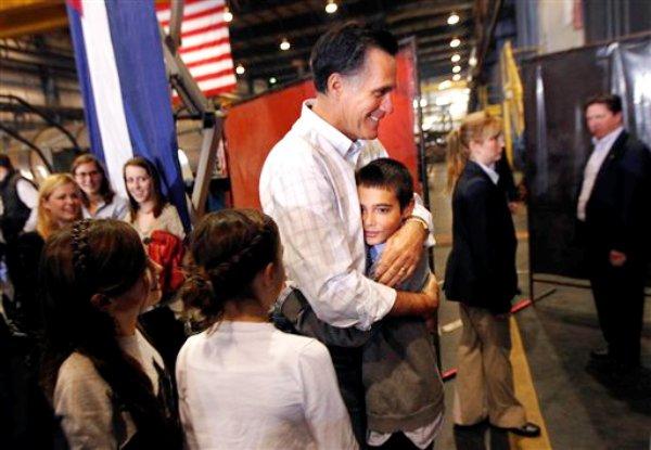 El aspirante presidencial republicano y ex gobernador de Massachusetts Mitt Romney abraza a su nieto Nick Romney después de hablar en un mitin de campaña en Colorado Springs, Colorado, el sábado 4 de febrero de  2012. Romney tomó el sábado una imponente ventaja en las asambleas partidarias republicanas en Nevada. (AP foto/Gerald Herbert)