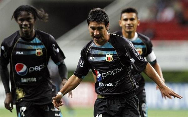 Matias Alustiza celebra el gol que mantuvo victorioso a Dep. Quito casi todo el encuentro.