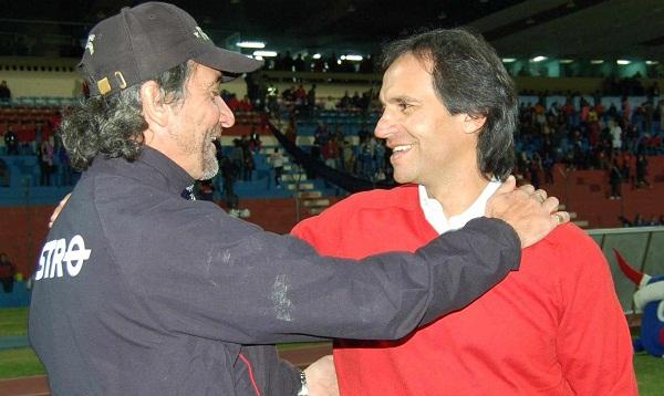 El saludo de los entrenadores Juan Amador del Olmedo (izq.) y Fabián Bustos del Técnico U. (der.)