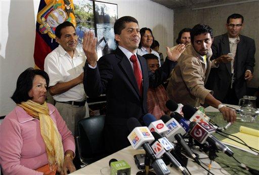 Pablo Fajardo (centro), abogado de los denunciantes que ganaron un fallo contra la petrolera estadounidense Chevron, habla en una conferencia de prensa en Quito, el miércoles 4 de enero del 2012. El viernes 6, un juez en Estados Unidos dijo que no está dispuesto todavía a bloquear el cobro de la sentencia contra la compañía por el daño ambiental en Ecuador   (AP Foto/Dolores Ochoa)