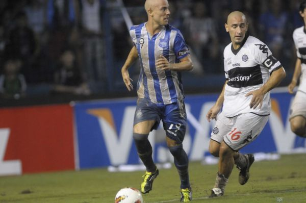 Luciano Figueroa (izq.) fue perseguido todo el partido por el veterano Orteman.
