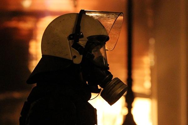 Un manifestante encara a integrantes de la policía antidisturbios durante los enfrentamientos tras una protesta en el exterior del parlamento griego en Atenas, Grecia, el domingo 12 de febrero de 2012. (Foto AP/Thanassis Stavrakis)