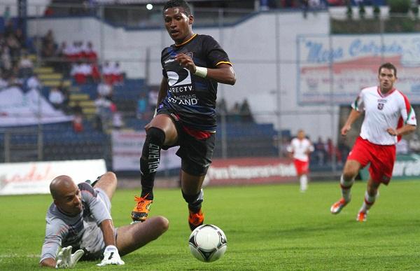 Fernando Guerrero (der.) volvió a jugar con Independiente del Valle tras su regreso de España.