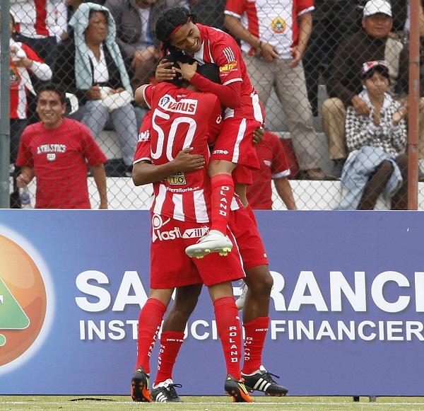 """Los jugadores del """"Rodillo Rojo"""" celebran el autogol de apertura anotado por Jayro Campos."""