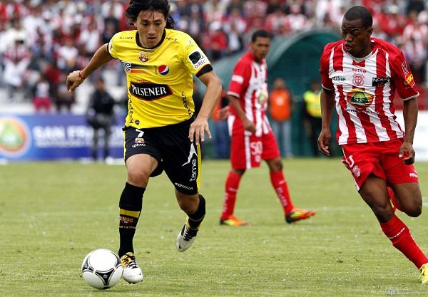 El argentino Luguercio apareció con peligro apenas en los minutos finales del primer tiempo.