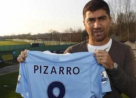 El chileno David Pizarro muestra la camiseta de su nuevo club.