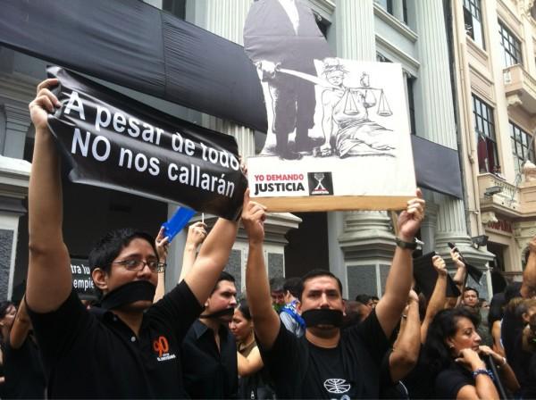 Un plantón de los empleados de diario El Universo, el 17 de febrero de 2012, para exigir libertad de expresión. Foto: API