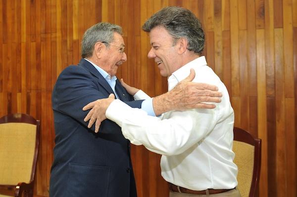En esta foto del divulgada por la presidencia de Colombia, el presidente cubano Raúl Castro, a la izquierda, saluda al presidente de Colombia, Juan Manuel Santos, durante un encuentro en La Habana, Cuba, el mi´ércoles 7 de marzo de 2012. El mandatario colombiano informó el miércoles que no pudo invitar a Cuba para asistir a la próxima Cumbre de las Américas, en Cartagena, porque es un tema en el que no existe consenso entre los asistentes al cónclave, pero que espera que pueda resolverse para la próxima reunión hemisférica prevista en Panamá¡. (AP foto/Presidencia de Colombia)