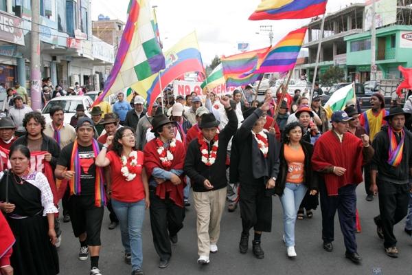 Ambato, 17 demarzo del 2012 La marcha indígena llegó a Ambato pasao el medio día. La concentración fue en el redondel de Huachi Chico.  Foto: Carlos Campaña