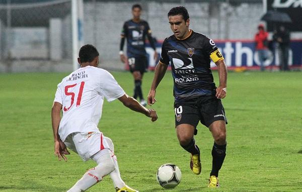 Daniel Samaniego (der.) de Independiente fue la figura del primer tiempo.