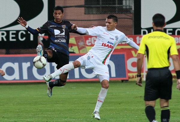 Carlos Garcés (izq.) del Manta FC fue la figura del partido, anotó un gol y dio una asistencia.
