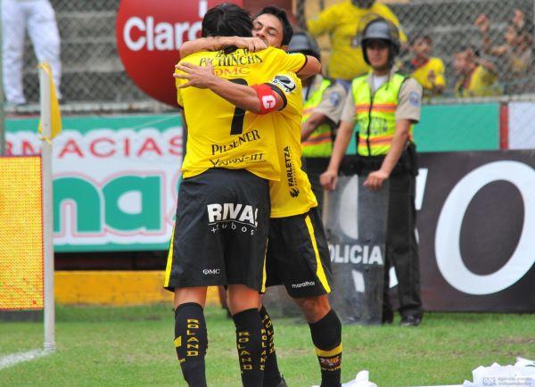 Matías Oyola anotó su primer gol como ecuatoriano, el que lo celebra.