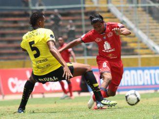 Edison Preciado (der.) de El Nacional fue el jugador más peligroso del primer tiempo.