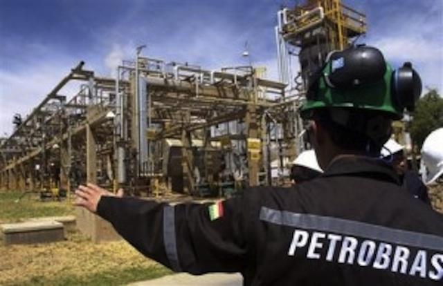 Un empleado de Petrobras, la empresa petrolera brasileña. Foto de Archivo, La República.