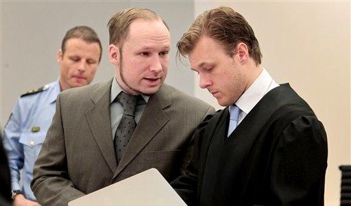 Anders Behring Breivik, acusado de asesinato y terrorismo, habla con uno de sus abogados defensores, Tord Jordet, derecha, en la corte en Oslo, el miércoles 25 de abril de 2012. Breivik está acusado por la muerte de 77 personas en julio de 2011 (Foto AP/Hakon Mosvold Larsen, pool)