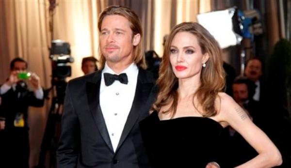 Angelina Jolie y Brad Pitt llegan a la 84ta entrega de los Oscar en Los Angeles en una fotografía de archivo del 26 de febrero de 2012. La mánager de Pitt Cynthia Pett-Dante confirmó que la pareja está comprometida el viernes 13 de abril de 2012. (Foto AP/Amy Sancetta, archivo)