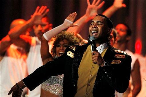 Don Omar canta en la ceremonia de los Premios Billboard, el jueves 26 de abril del 2012 en Coral Gables, Florida. (AP Foto/Lynne Sladky)