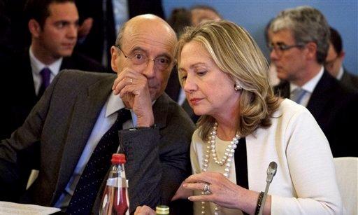 La secretaria de Estado de EEUU, Hillary Rodham Clinton, habla con el canciller de Francia Alain Juppe, el jueves 19 de abril de 2012 en París. (Foto AP/Jacquelyn Martin, Pool)